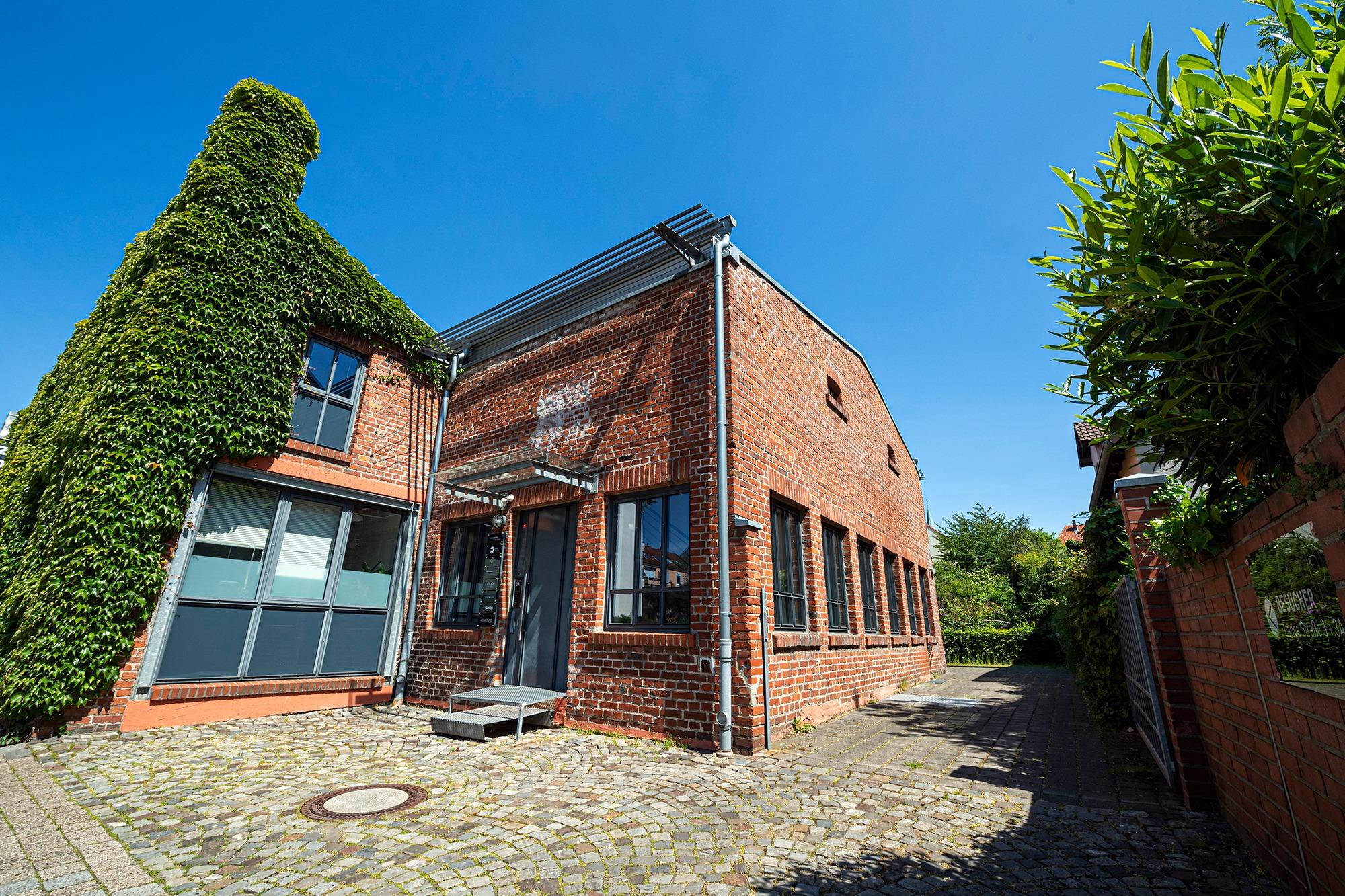 Studio dos, Grafikdesign Osnabrück, Das Büro, Außenansicht des Eingangs mit berankter Hauswand, Lange Straße 3a, 49080 Osnabrück