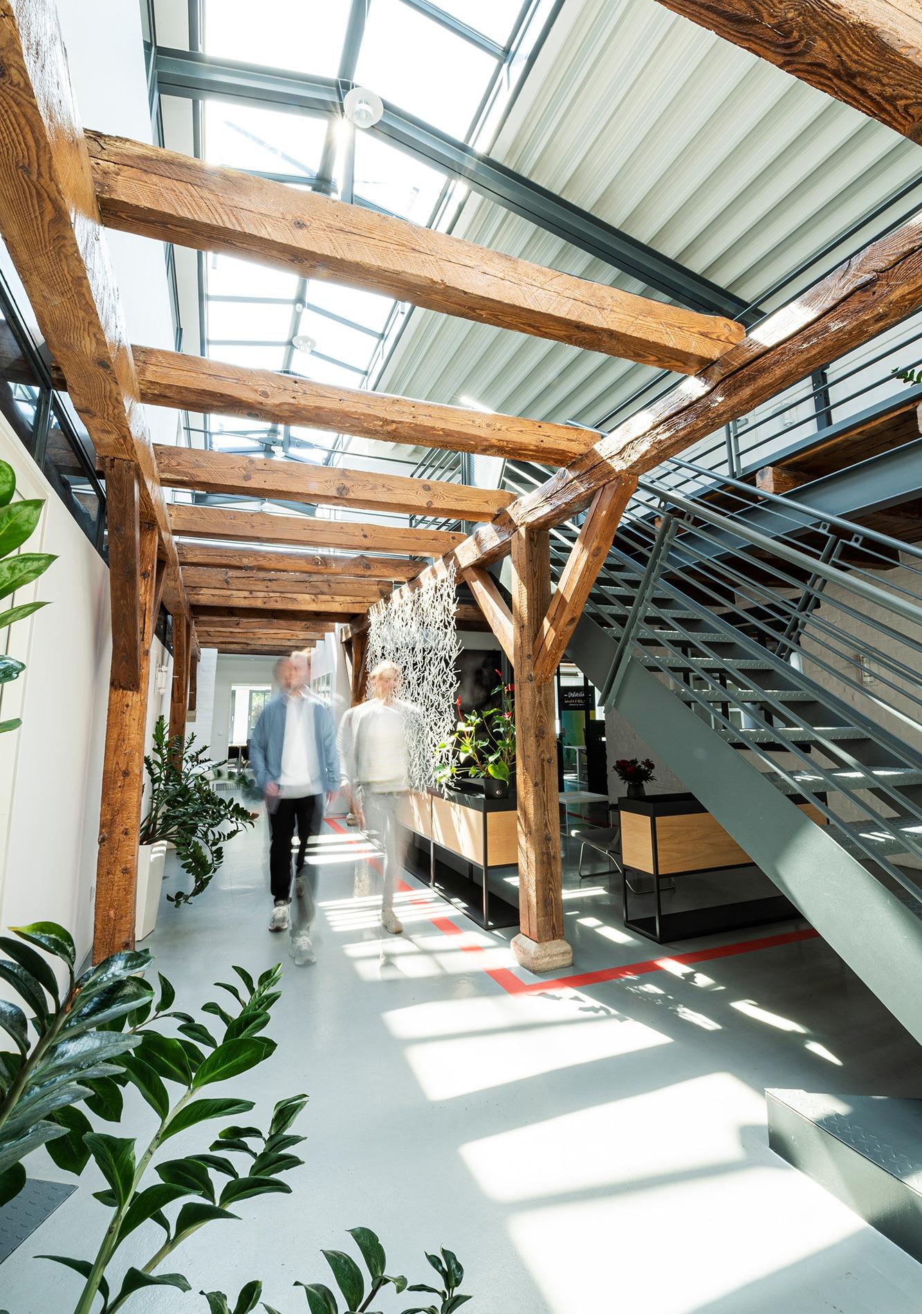 Studio dos, Grafikdesign Osnabrück, Das Büro, Innenansicht mit Treppe und Franziska Fritz und Dennis Zorn